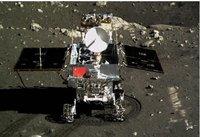 """北京飞控中心大屏幕上显示嫦娥三号着陆器上的相机拍摄的""""玉兔""""号月球车"""