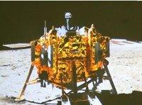 """北京飞控中心大屏幕上显示""""玉兔""""号月球车上的全景相机拍摄的嫦娥三号着陆器照片"""