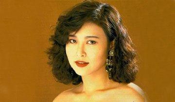 1985年以亚姐出道,1991年担纲女主角拍 三级片《 情不自禁》,《我为卿