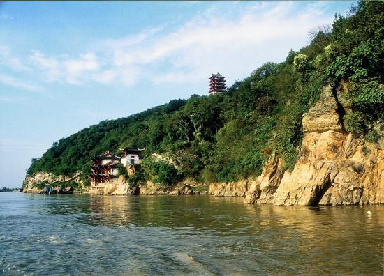 岱山县位于舟山群岛中部,地处长江,钱塘江入海处,东濒浩瀚无际的