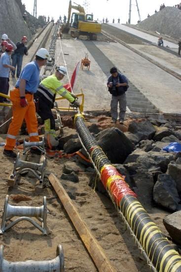 由于海底电缆希望制造的较长些,以减少接头,所以能在沿海生产为最