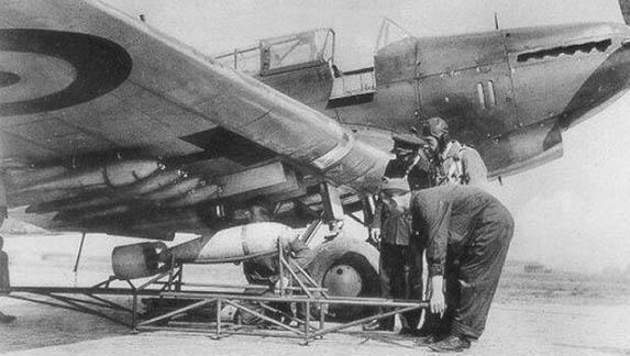 这时炸弹就相当于挂在机翼下,因此飞机也可以进行俯冲轰炸.