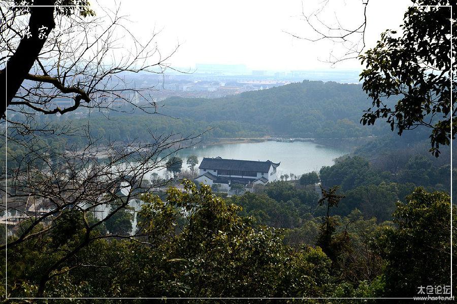 香山旅游风景区位于张家港市西陲南沙镇境内,西接锡澄高速公路