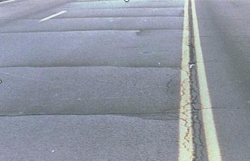 由于路面结构设计不当或施工质量低劣或者由于车辆严重超载,致使沥青
