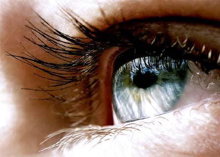 分别遮住一只眼睛,单眼透过这个三角形区域