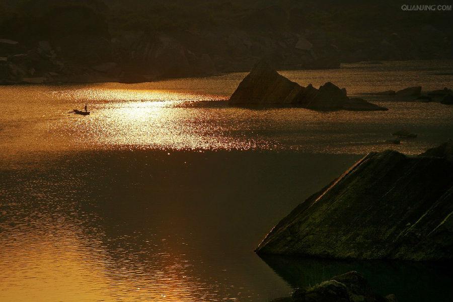 牛背岛   在南海三岛中,最大,最美的是牛背岛.
