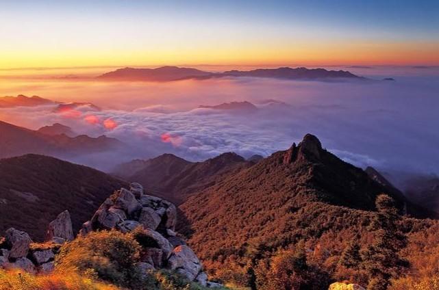 自然风景区位于京西门头沟的西北部,距京城122公里,奇顶峰海拔2303米